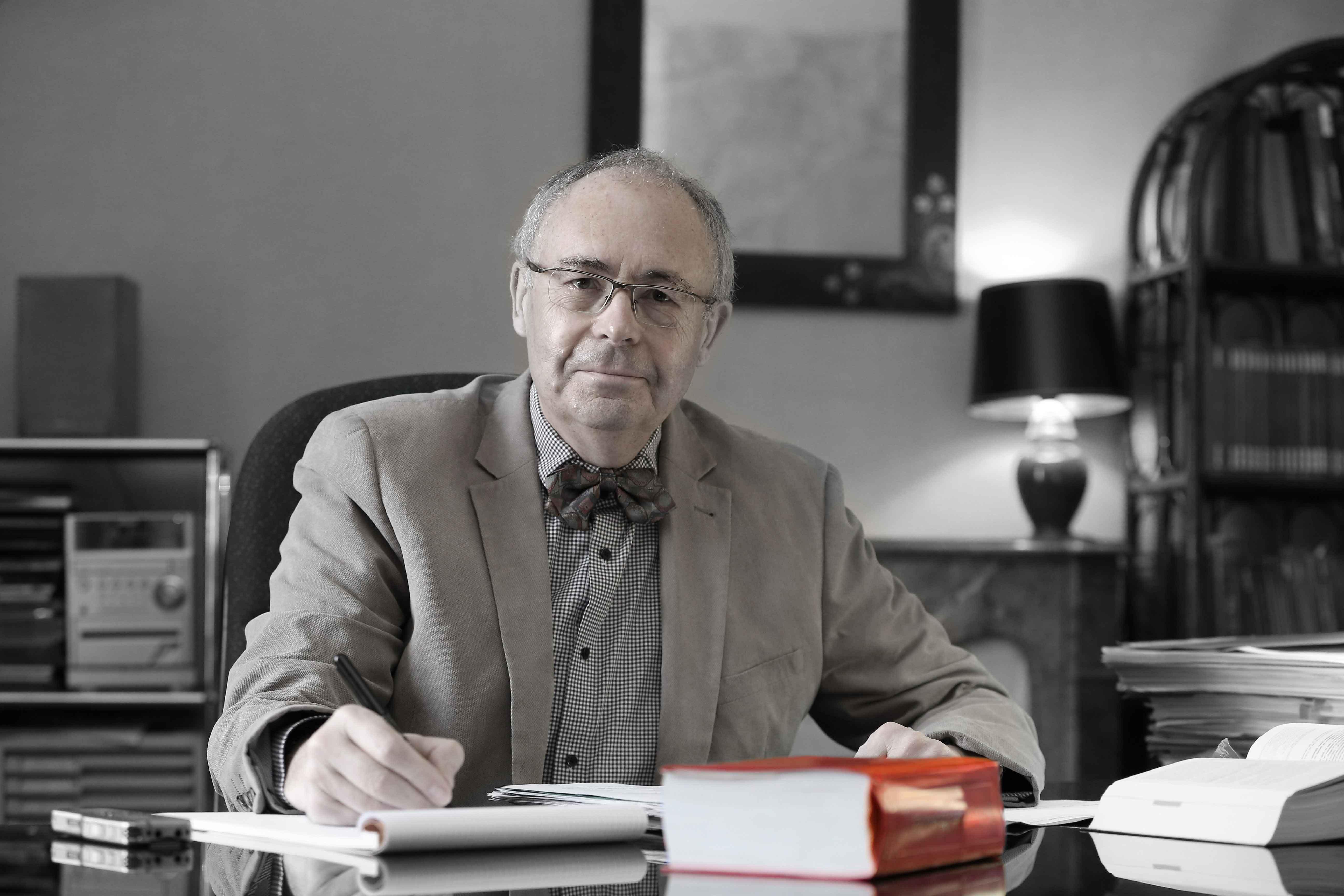 Hervé MORVAN, avocat au barreau de Nantes, assis à son bureau