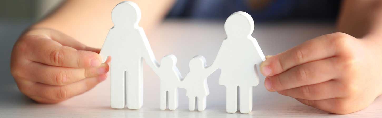 Famille en papier avec père mère et deux enfants